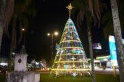 Caraguatatuba entra em clima natalino com luzes e árvores de Natal